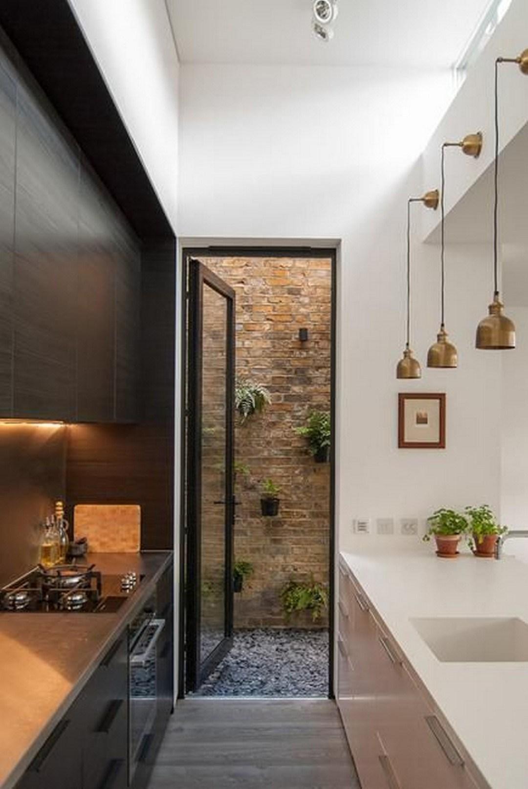 Черный дизайн маленькой кухни.
