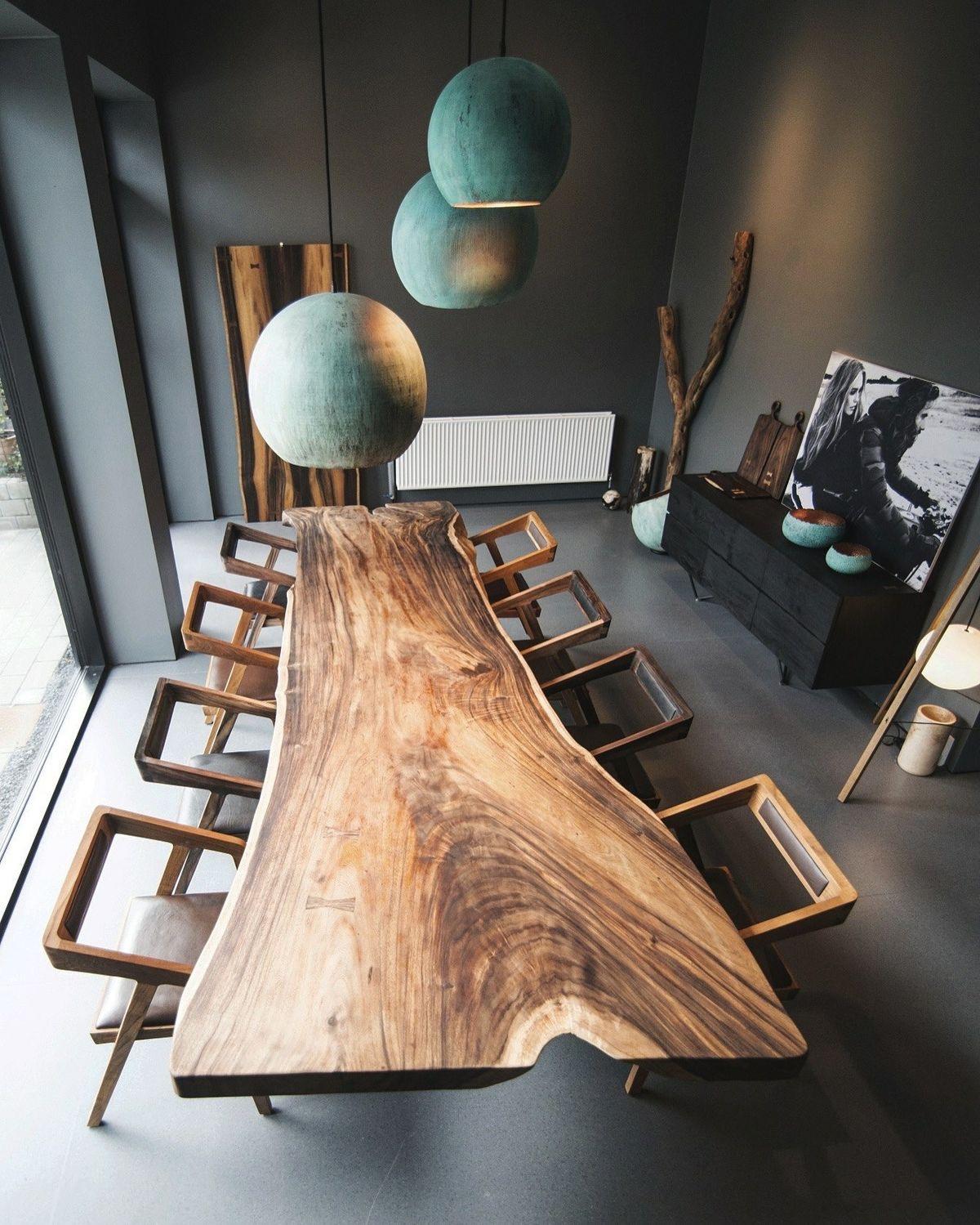 Стол из массива дерева.