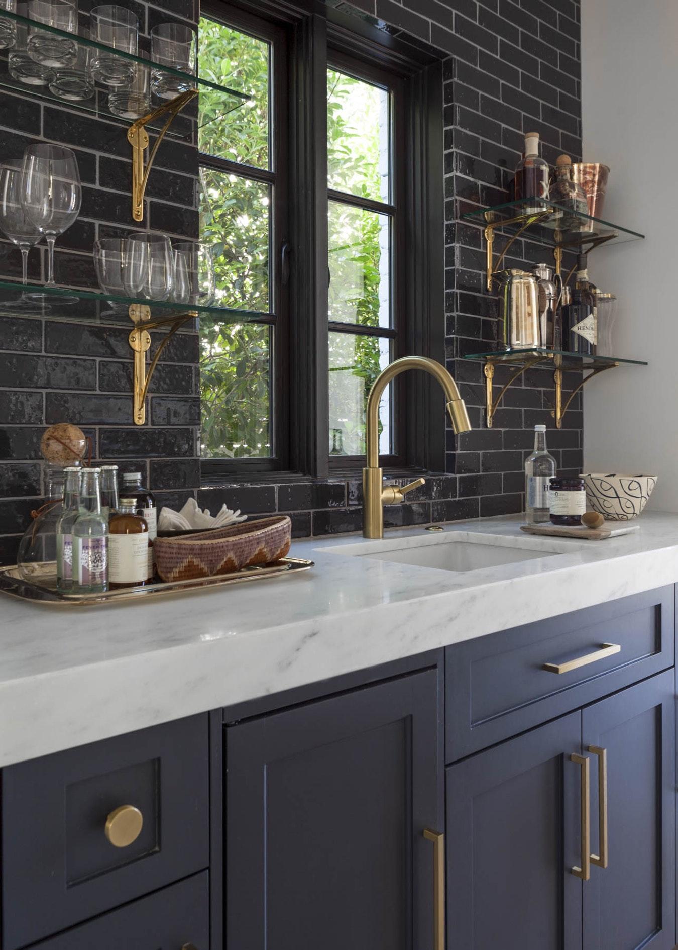 Черная кухня с матовыми фасадами и золотыми акцентами