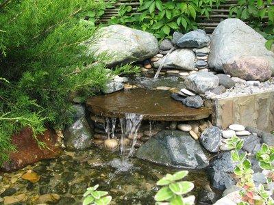 Источник прекрасно будет смотреться в садах разных стилей. Возле такого водоема с удовольствием растут растения и собираются бабочки.