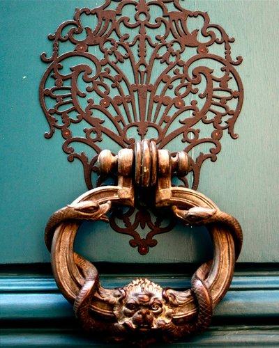 Дверной молоток, как ручка для дверки шкафа, бюро, как вешалка в ванной