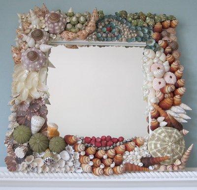 Зеркало в ванной легко обновить с помощью светлой краски и ракушек, морских камешков