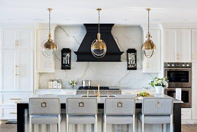 Белая кухня с черной вытяжкой.