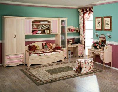 Шкаф, кровать, полки, стулья светлого цвета не давят своим присутствием и менее заметны в интерьере.