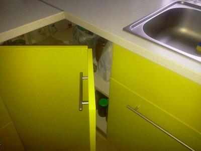 ломаная дверца угловой кухонной тумбы