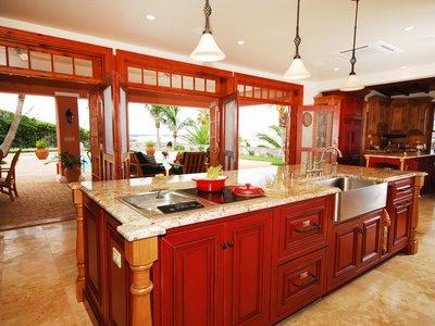 """многофункциональный """"остров"""" в яркой кухне"""