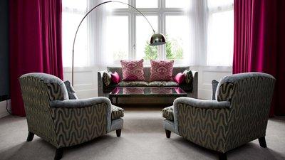 Стулья, желательно, не расставлять по всей комнате, попробуйте сгруппировать их, создавая зону для общения.