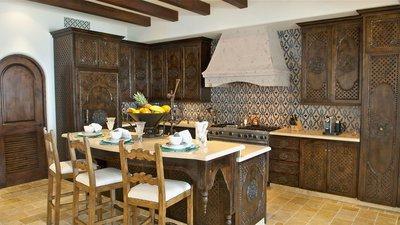 Резная деревянная мебель в марокканской кухне