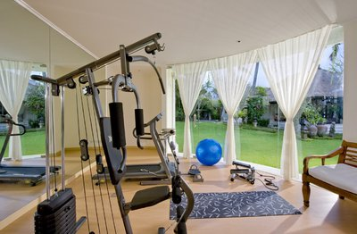 Домашний спортзал вполне может заменить беговая дорожка, установленная напротив телевизора.