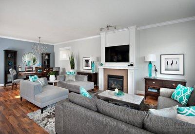 Бросьте несколько декоративных подушек яркой расцветки на диван гостиной.