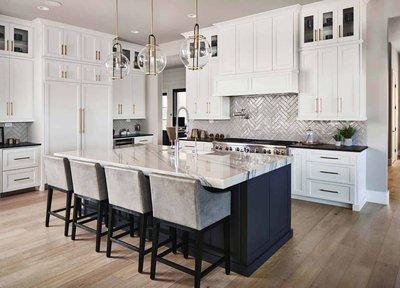 Белая кухня с черным островом