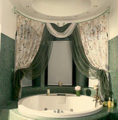 Оформление ванной текстилем поможет смягчит интерьер. Используя разные виды штор, можно дополнить дизайн ванной комнаты и сделать ее комфортнее.