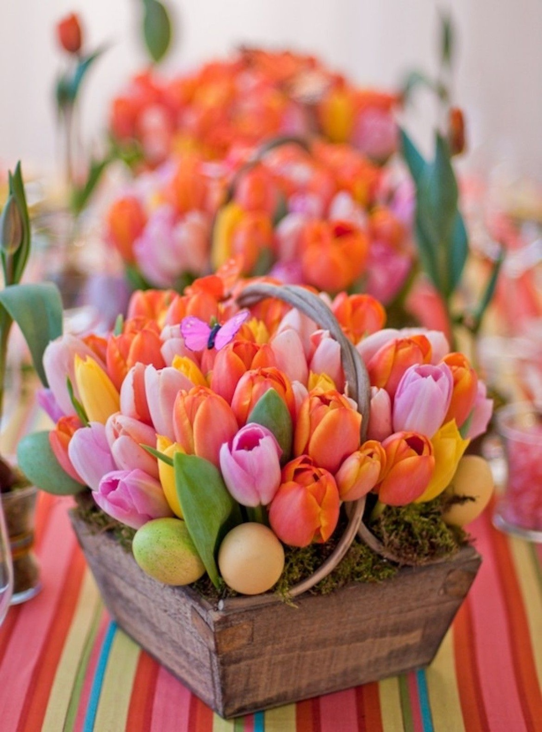 Яркая цветочная композиция из тюльпанов