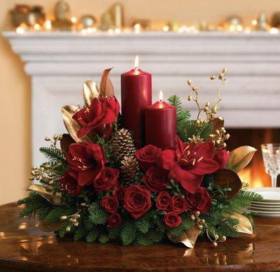 Зимняя композиция из алых роз и амарилисов