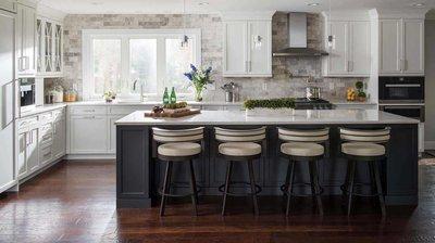 Белая кухня с черным островом.
