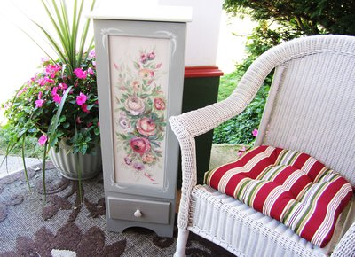 Повреждения поверхности стола, стульев, шкафа можно легко скрыть с помощью техники декупаж.