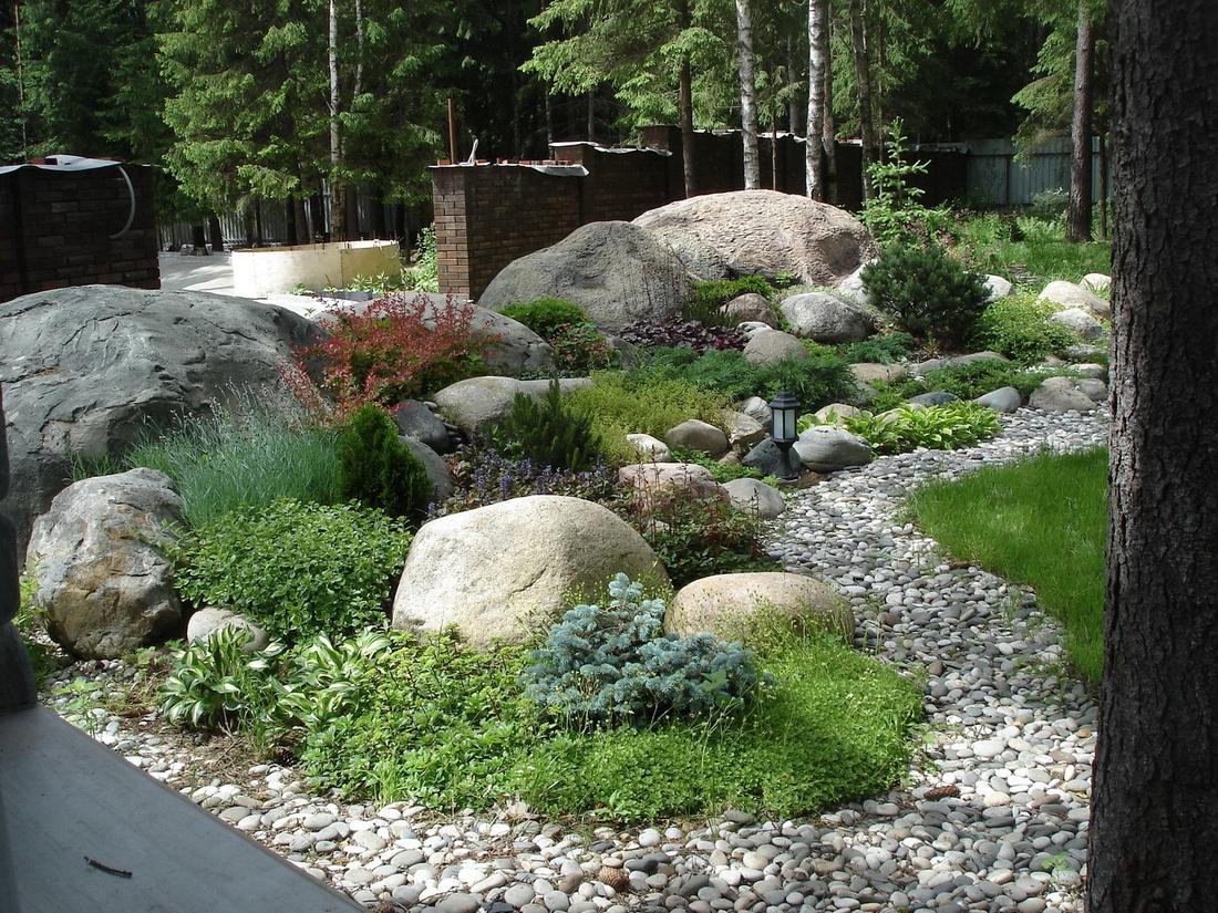 В конце сезона рокарий украшают осенние крокусы, цикламены и безвременники, а также хвойные растения и декоративнолиственные кустарники.