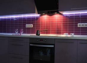 Наиболее правильным и практичным вариантом является расположение мойки в центре рабочего треугольника, на расстоянии примерно 1-1,2 м от кухонной плиты и 1,2-2 м от холодильника. Логично расположить рядом с раковиной шкаф с сушкой для посуды или буфет.