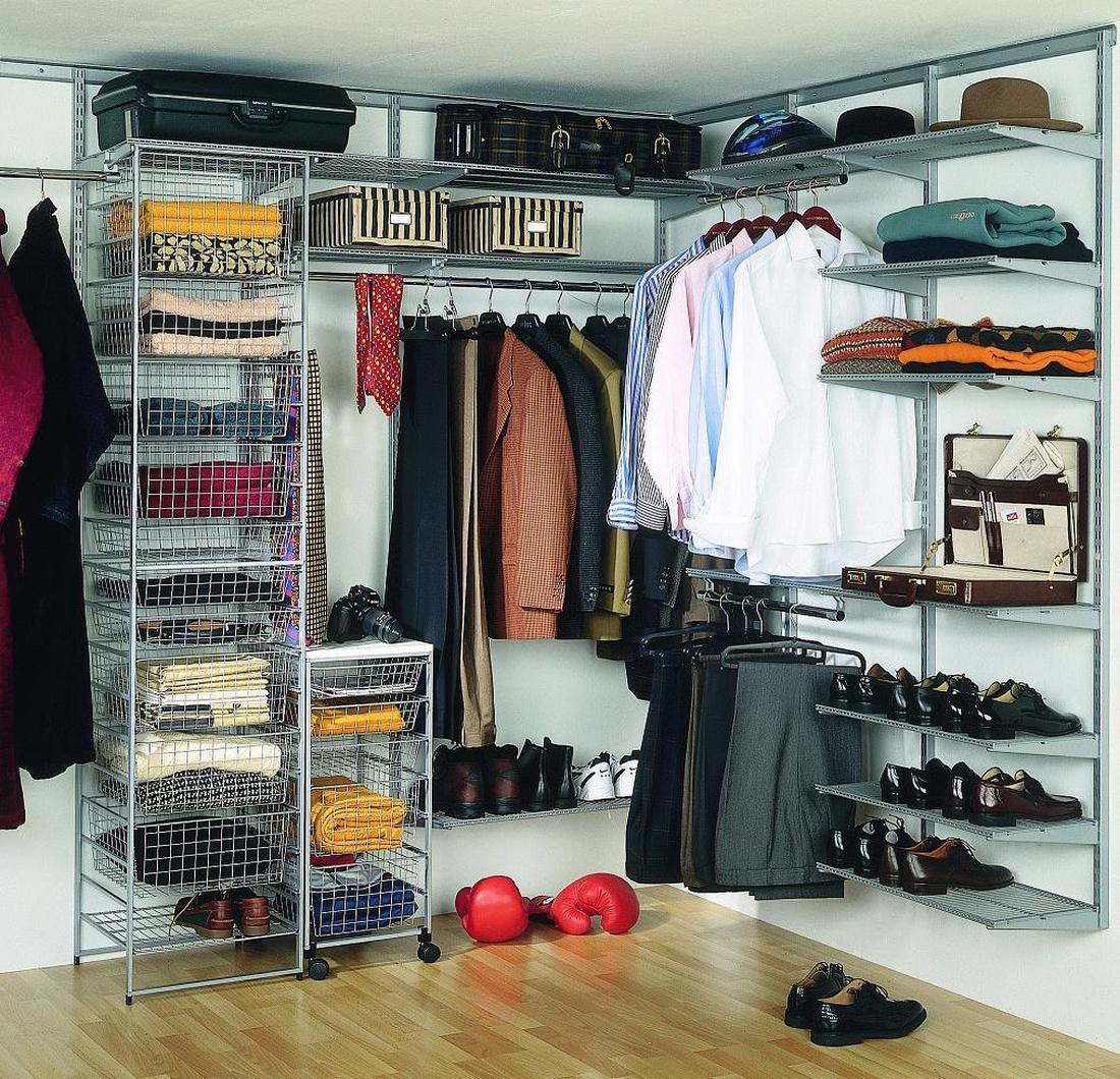 """Всевозможные полки, выдвижные ящики, вешала не только сохранят в порядке комнату, но и позволят содержать вещи в состоянии """"взял и одел""""."""