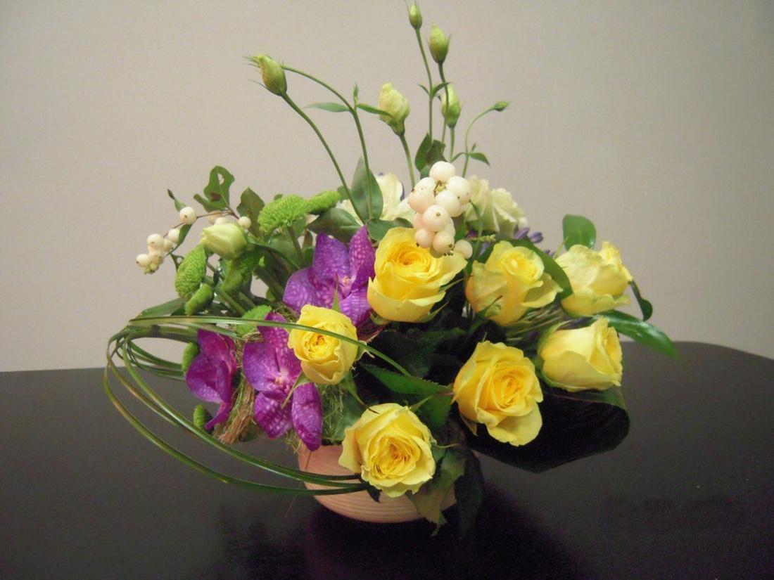 Композиции цветов размещают в притененном, прохладном месте.