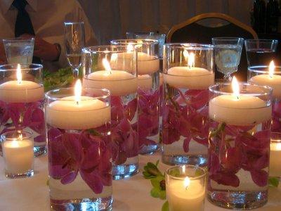 Для романтического ужина засерверуйте стол и украсьте композицией из свечей.