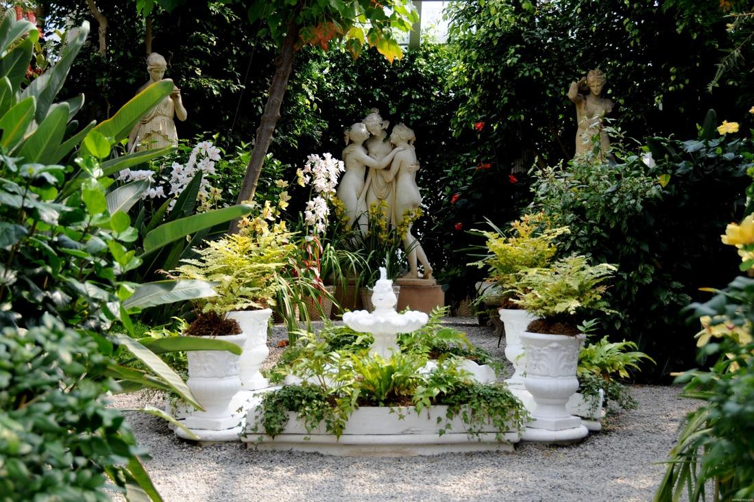 Барельефы и скульптуры в саду