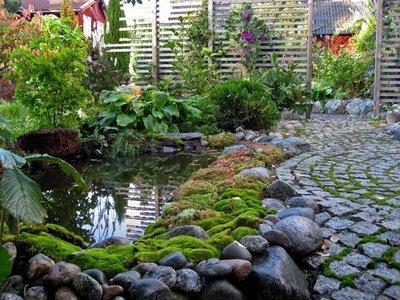 Пруд, созданный своими руками,впишется в любой уголок сада и создаст микроклимат для любимых растений.