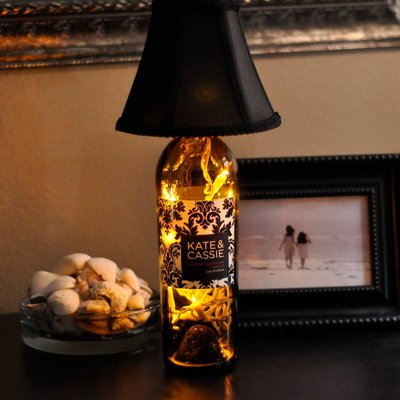 Осветительный прибор можно создать практически из любого предмета, обладая некоторой фантазией.Например из винной бутылки.