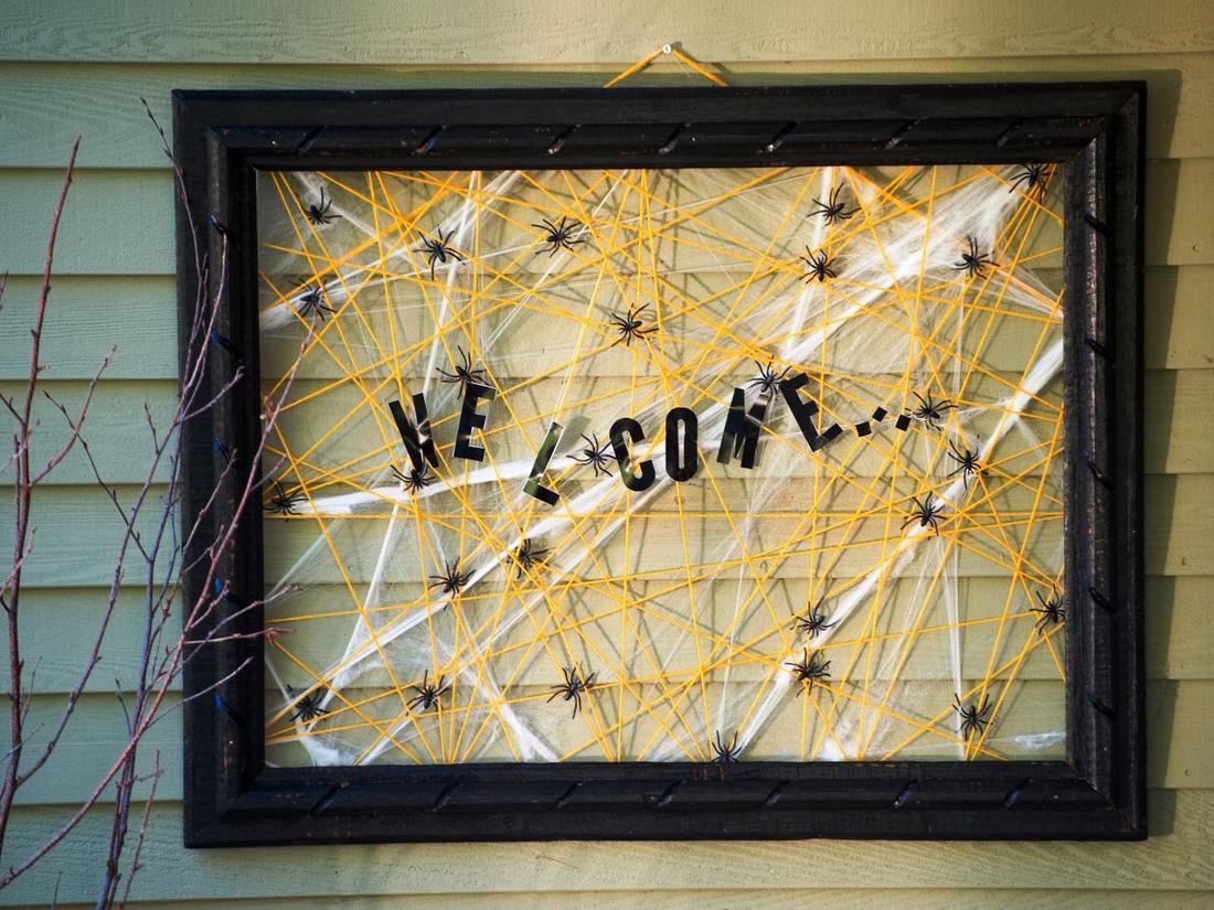 Панно-венок с пауками на дверь Welcome