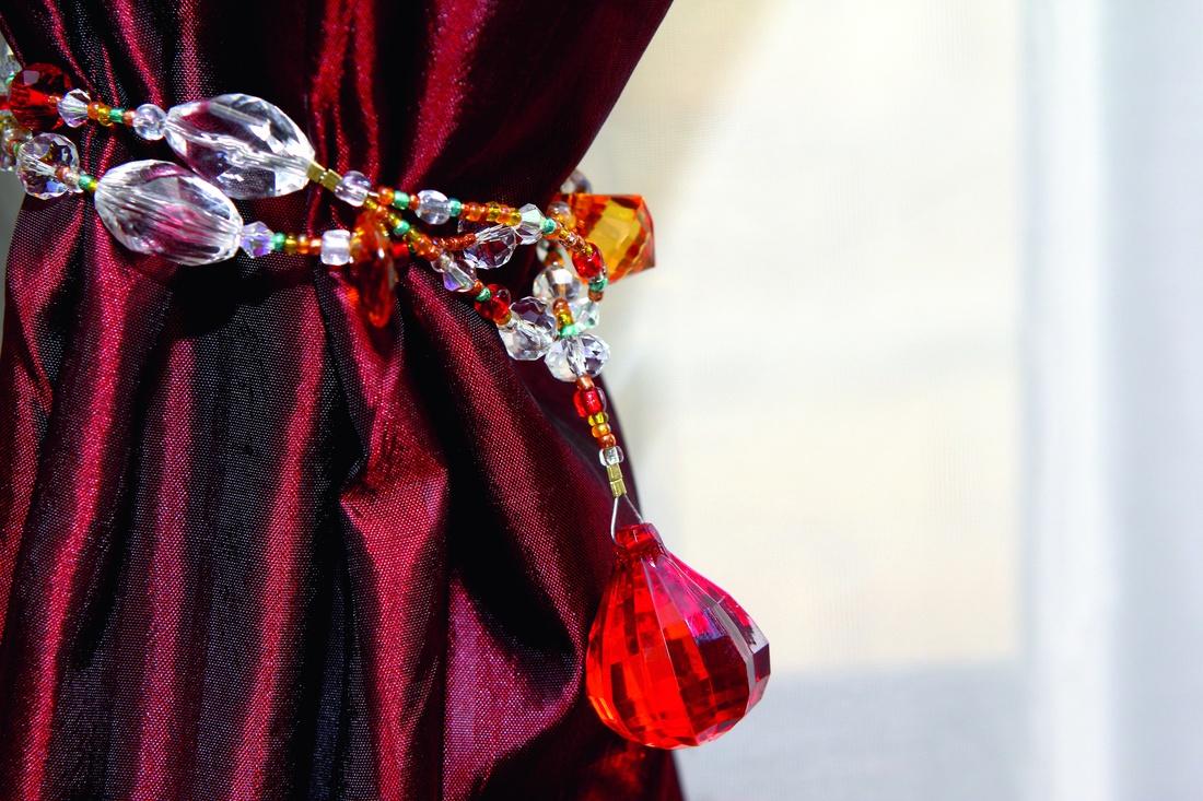 Изящные подхваты с кистями, тесьма и декоративные цветы станут прекрасным дополнением к шторам и занавескам.