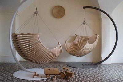 Удобные качели-коконы понравятся и взрослым и детям. Оригинальная форма делает их заметным арт-объектом.