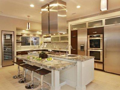 важно правильно расположить три центра активности:холодильник, раковину с мойкой и кухонную плиту(так называемый рабочий треугольник)
