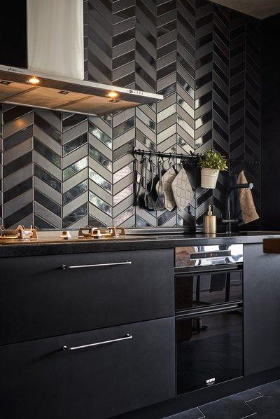 Рабочая стенка для черной кухни
