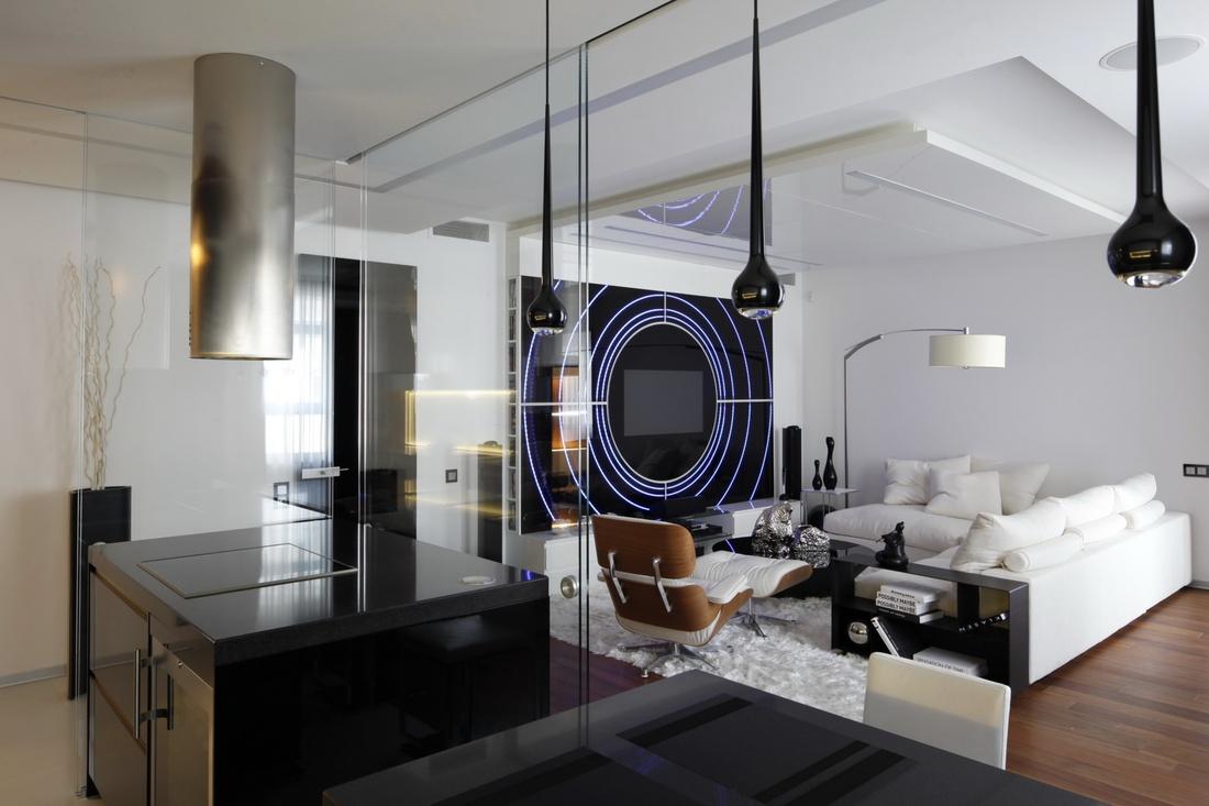 """В гостиной выполненной в стиле """"хай-тек"""" должно быть много света и пространства, поэтому приветствуются и яркие цвета, которые прекрасно гармонируют и со сталью, и с алюминием, и со стеклом."""