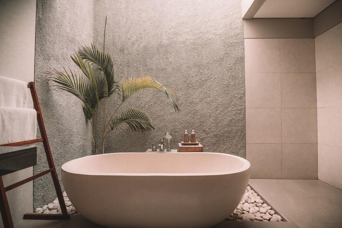 Использование жидких обоев в интерьере ванной