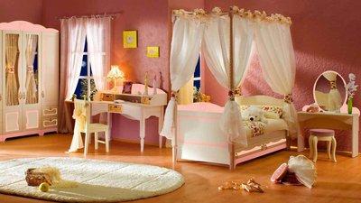 Нежные сочетания цветов преобладают в отделке, а текстиль на окнах и в мебели имеет романтический рисунок.