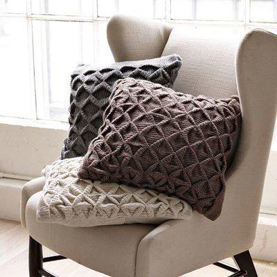 Дизайн подушек должен быть хорошо продуман, а материалы тщательно подобраны к стилю.