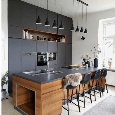 Современная кухня в черном цвете.