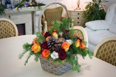 Корзина с бордовыми и рыжими розами, хлопчатником, гранатом, ветками пихты и еловой шишкой с корицей. NFlo