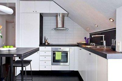 угловая кухня в мансарде
