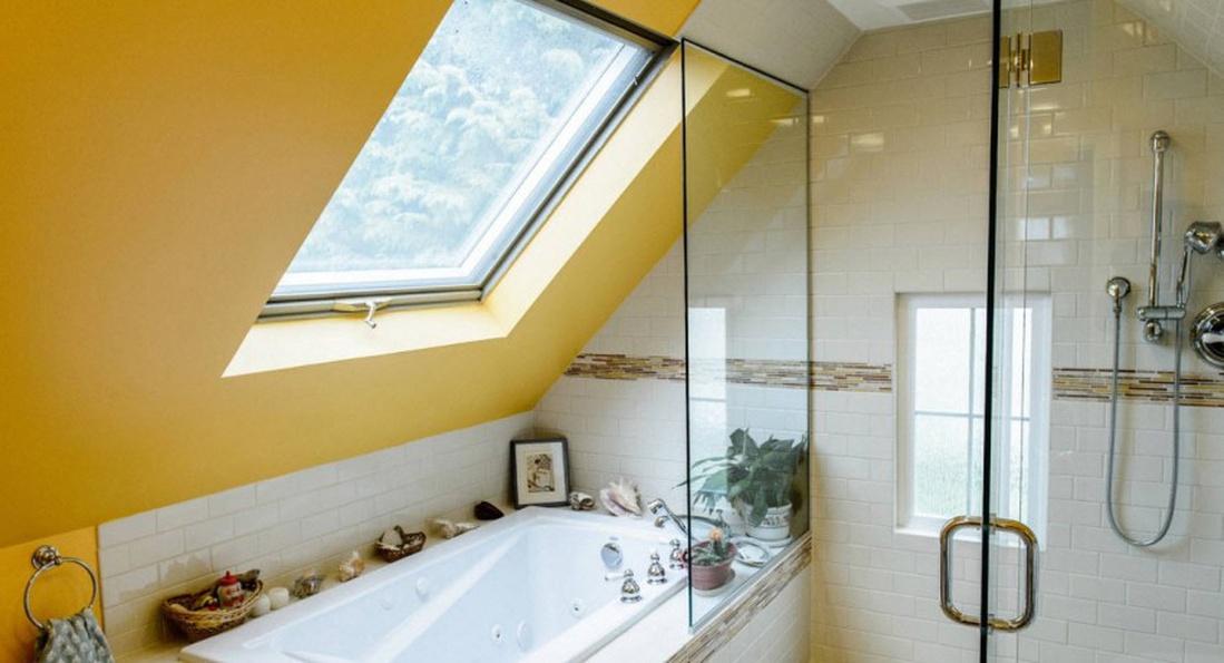 Стеклянная шторка для ванной в мансарде
