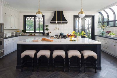Дизайн белой кухни с элементами черного цвета