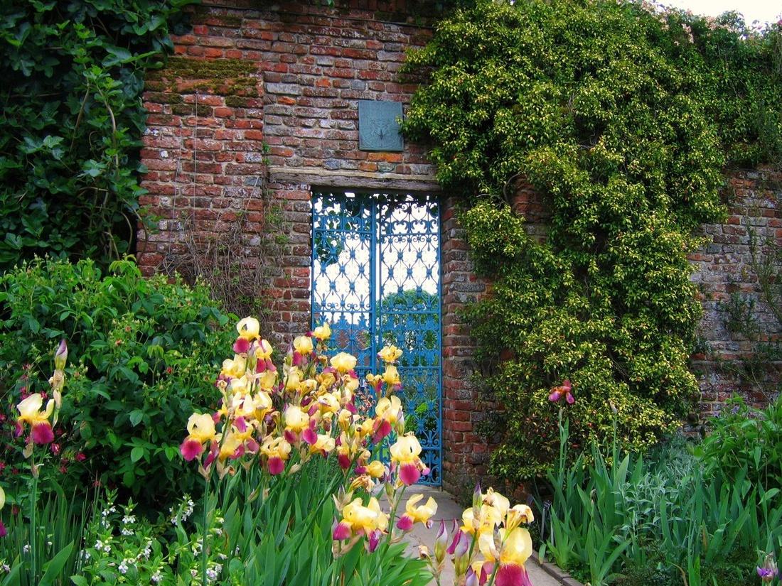 Приоткрытая дверца так и манит заглянуть внутрь, приглашает прогуляться по живописным местам.