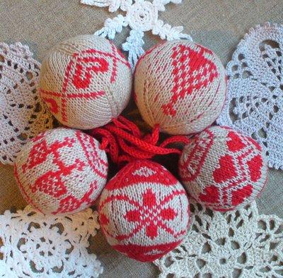 Елочные украшения: вязаные шары, вышитые крестиком обереги, игрушки с орнаментами, оленями, снежинками