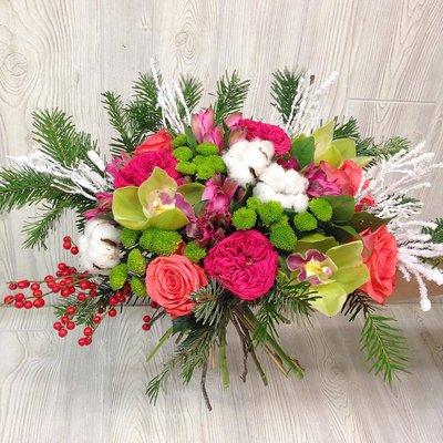 зимний букет с розами пиано, илексом, цимбидиумом и хлопком.