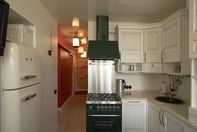 угловые кухонные гарнитуры позволяют сэкономить место и задействовать «мертвые» зоны