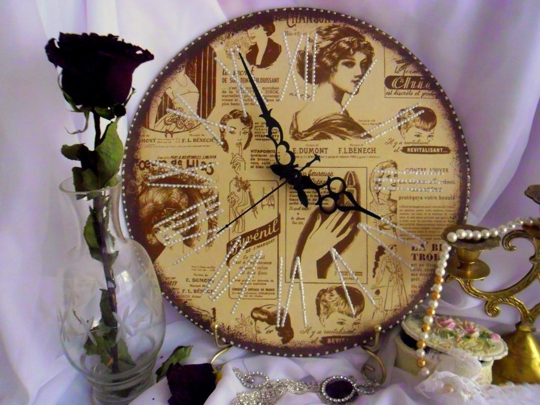 Часы с жемчужинками на подставке от старого зеркала