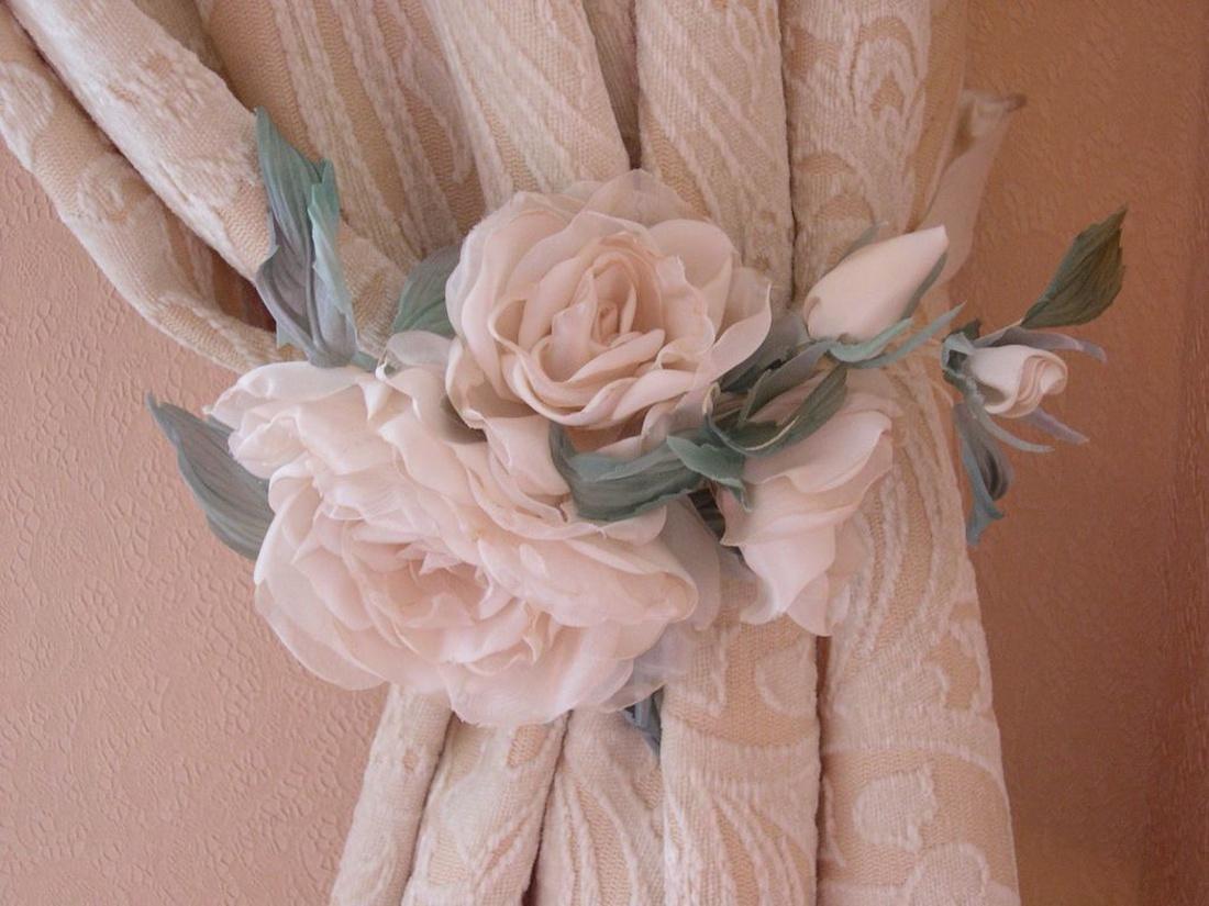 Подхваты для штор в виде романтичного веночка их цветов нежных пастельных оттенков.