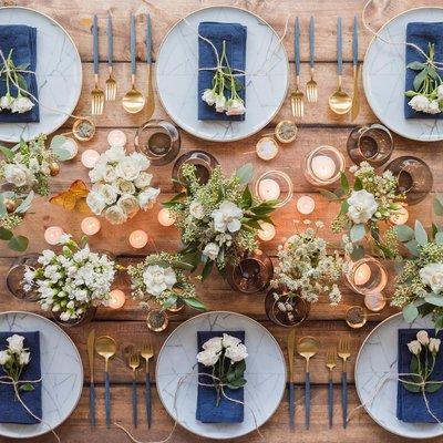 Сервировка стола посудой из каррарского мрамора и столовыми приборами Гоа из матового 24k золота и синего цвета