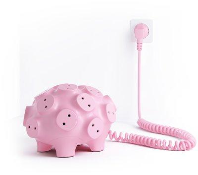 Гламурный розовый поросенок значительно облегчит вам жизнь и избавит от проблемы поиска свободной розетки.